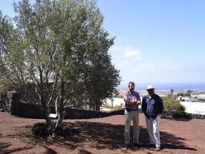 Josep Rius Pérez y Javier en el jardín reduc.